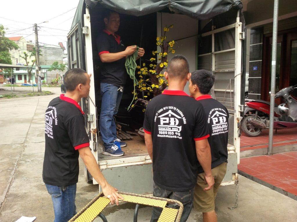 Xe tải và nhân công hỗ trợ