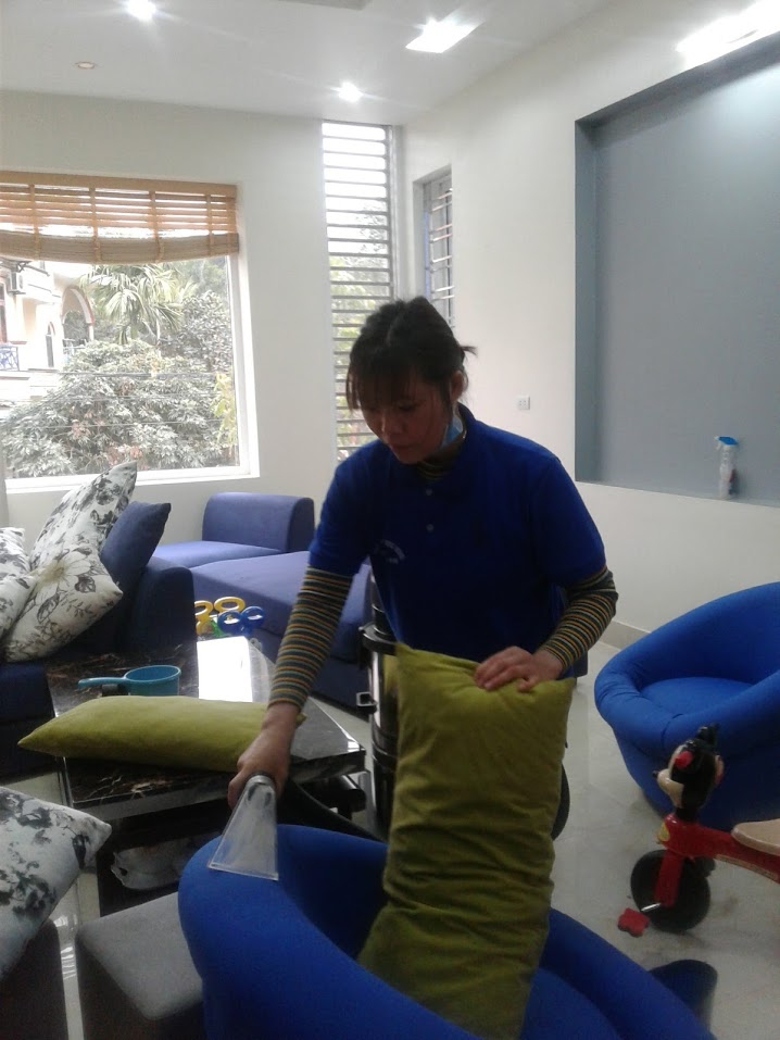 Vệ sinh ghế sofa tại nhà ở Hạ Long