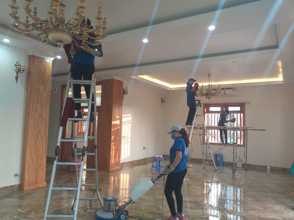 Máy chà sàn kết hợp bàn chải, pad đen và hoá chất tẩy sơn làm sạch sơn trên nền nhà đễ dàng